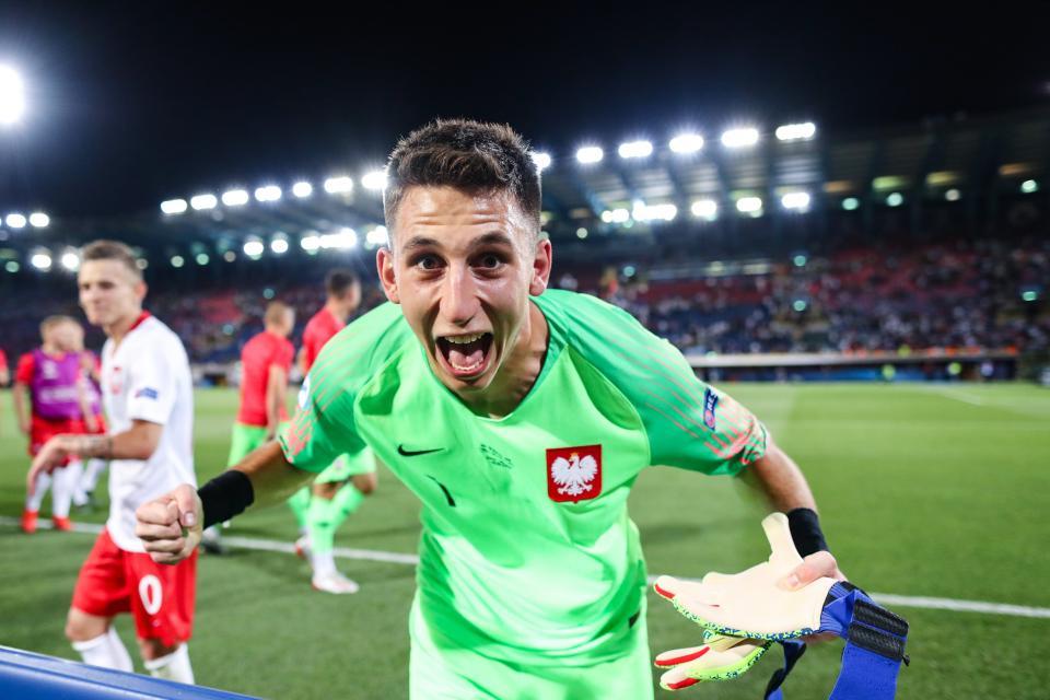 Uradowany Kamil Grabara po wygranej z Włochami.