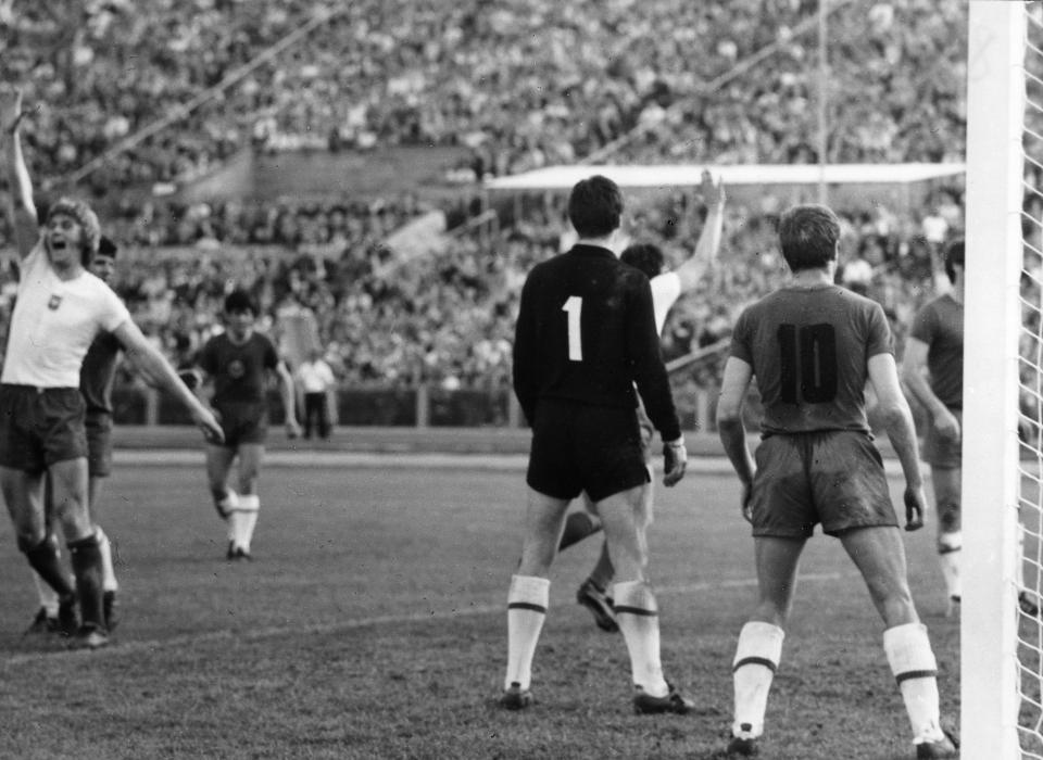 Tym razem gwizdek sędziego wywołał w polskim zespole prawdziwy entuzjazm. Gdy Austriak Alois Kessler zakończył spotkanie, nasi piłkarze w triumfalnym geście podnieśli dłonie. Pierwszy z lewej – Jerzy Gorgoń.