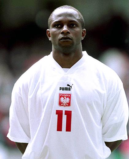 Emmanuel Olisadebe w meczu z Walią (02.06.2001)