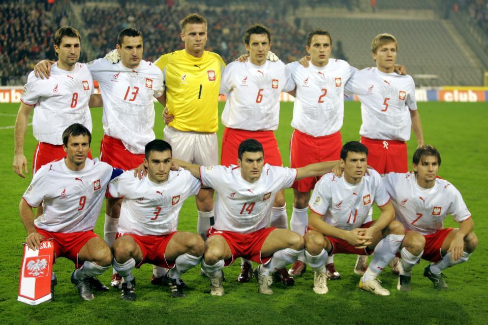 Reprezentacja Polski (w białych koszulkach z husarzem, czerwonych spodenkach) przed meczem z Belgią w Brukseli.