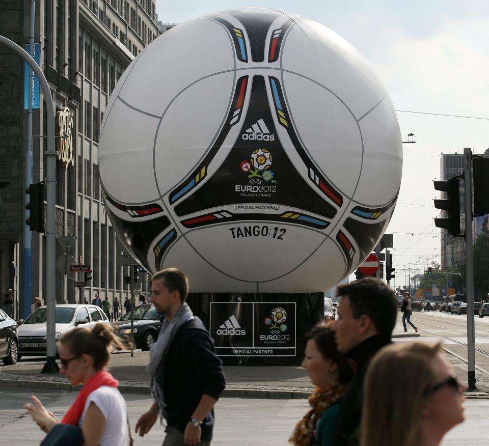 Piłka Euro 2012 na ulicach Warszawy.