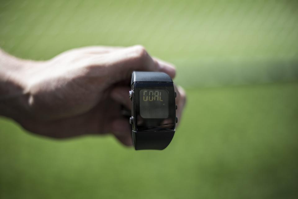 Zegarek, na którym wyświetla się napis GOAL w momencie, gdy piłka całym obwodem przekroczy linię bramkową. Technologia goal-line miała pomóc arbitrom w rozstrzyganiu spornych sytuacji - czy był gol, czy nie.