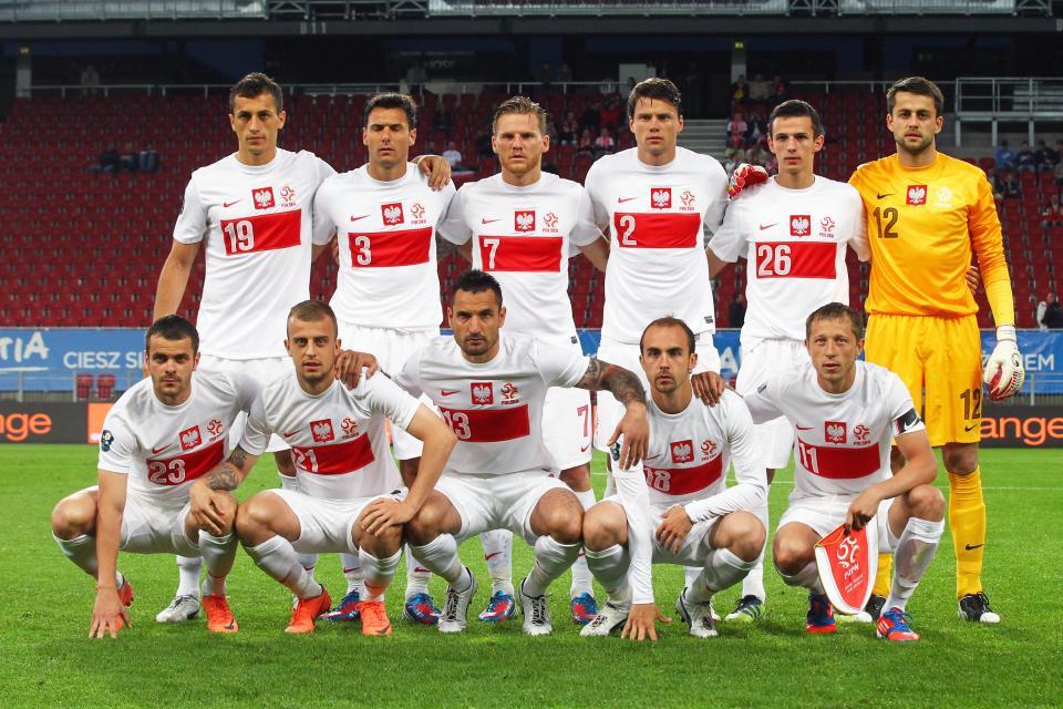 Reprezentacja Polski (w białych koszulkach z poziomym czerwonym pasem) przed meczem towarzyskim z Łotwą.