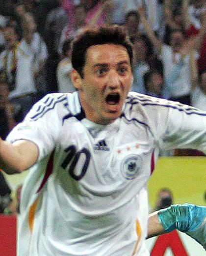 Uradowany Oliver Neuville (w białej koszulce reprezentacji Niemiec, numer 10).