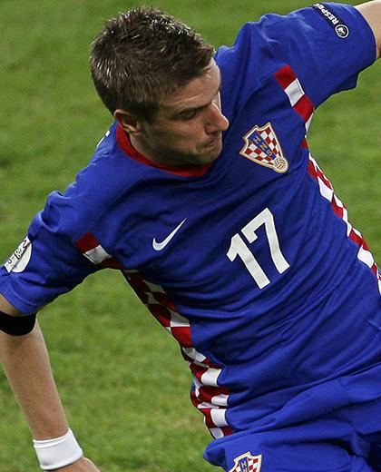 Ivan Klasnić uderza piłkę.