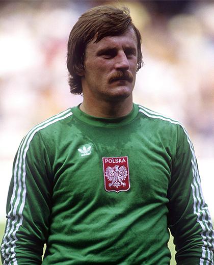 Józef Młynarczyk w zielonej bluzie bramkarskiej.