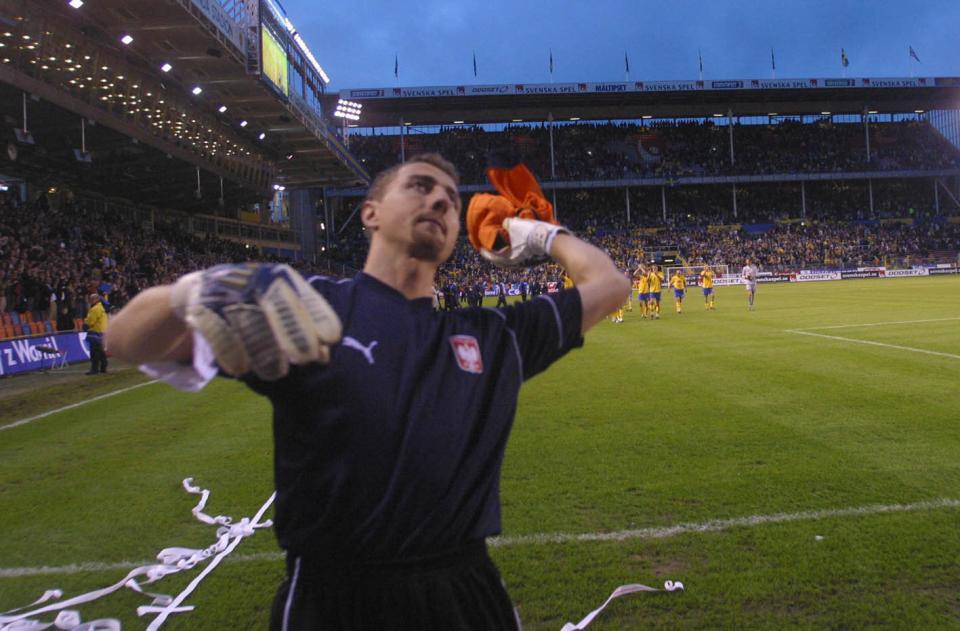 Jerzy Dudek pod sektorem polskich kibiców na stadionie w Solnej. Polski bramkarz rzuca w trybuny koszulkę.