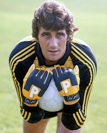 Jean-Marie Pfaff trzymający w rękach piłkę.