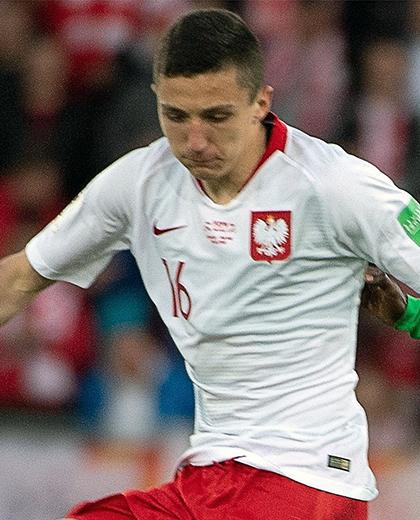 Bartosz Slisz przyjmujący piłkę.