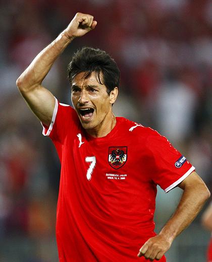Ivica Vastić podnosi rękę w geściue triumfu.