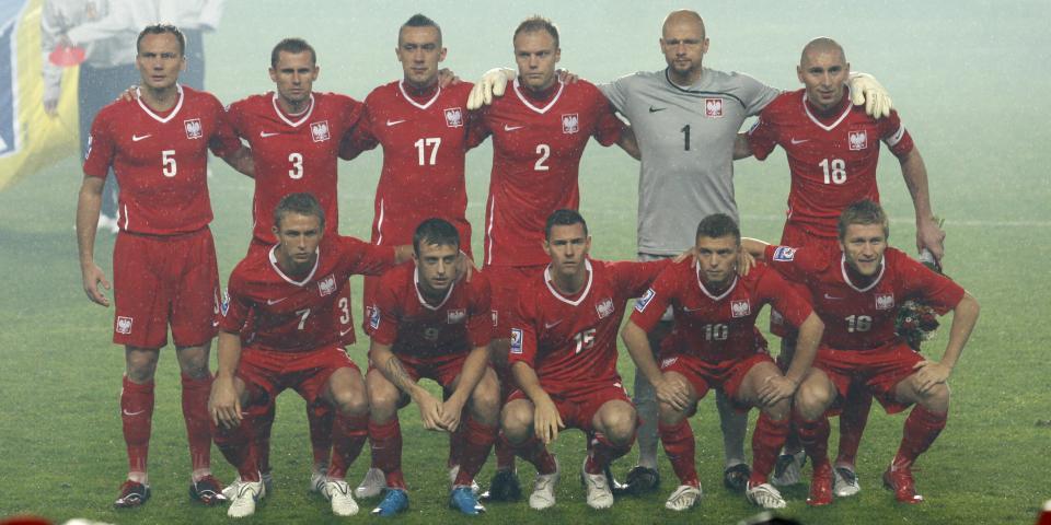 Reprezentacja Polski (w czerwonych strojach) pozuje do zdjęcia przed meczem z Czechami w Pradze w eliminacjach mistrzostw świata 2010.