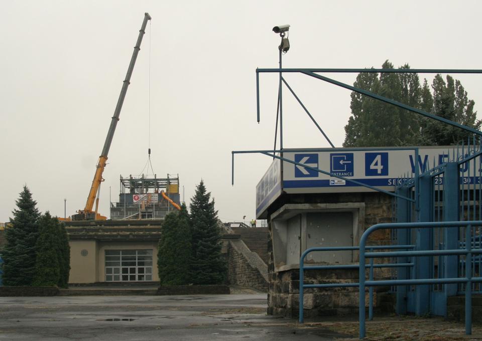 Zdjęcie od strony kas Stadionu Śląskiego. W tle widać dźwig i rozebraną wieżę.