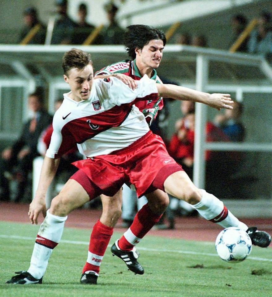 Tomasz Hajto i jeden z bułgarskich piłkarzy walczy o piłkę.