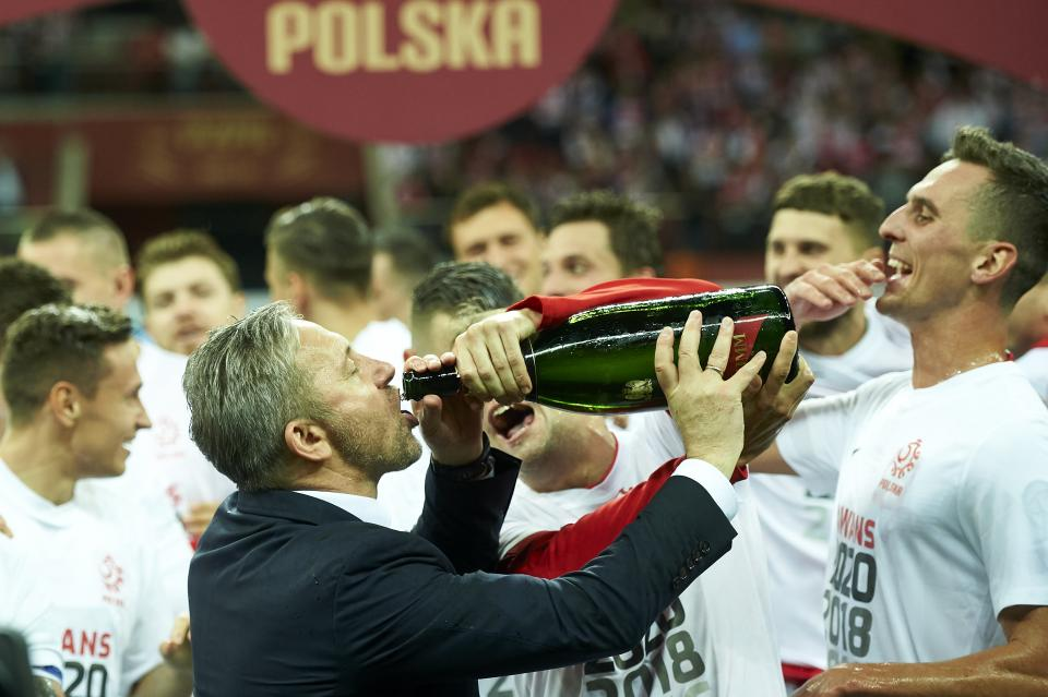 Jerzy Brzęczek z butelką szampana.