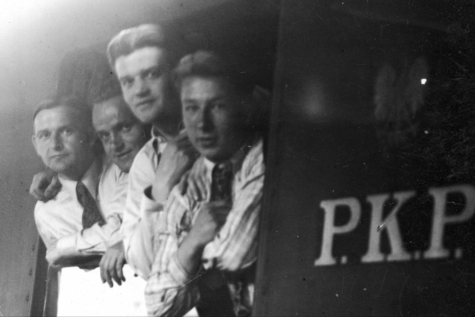 Ostatnie chwile przed odjazdem. W oknie pociągu widoczni od lewej m.in. Antoni Gałecki, Edward Madejski i Fryderyk Scherfke.