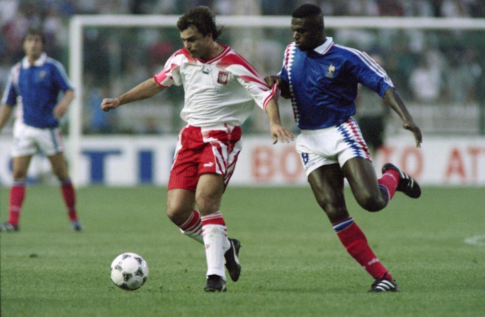 Roman Kosecki przy piłce. Kapitanowi biało-czerwonych próbuje odebrać piłkę Marcel Desailly.