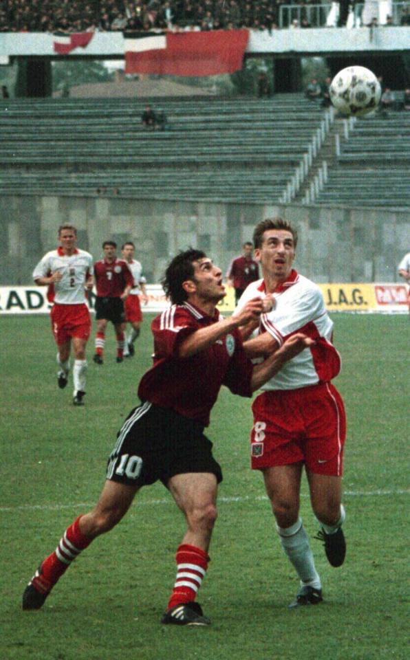 Tomasz Iwan w walce o piłkę