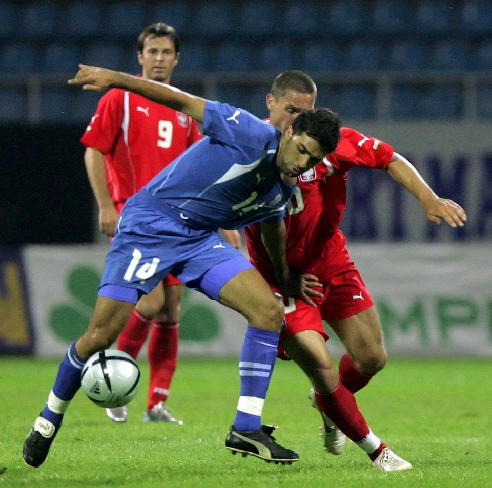 Moshe Biton w walce o piłkę z Arkadiuszem Radomskim. Starciu przygląda się Maciej Żurawski.
