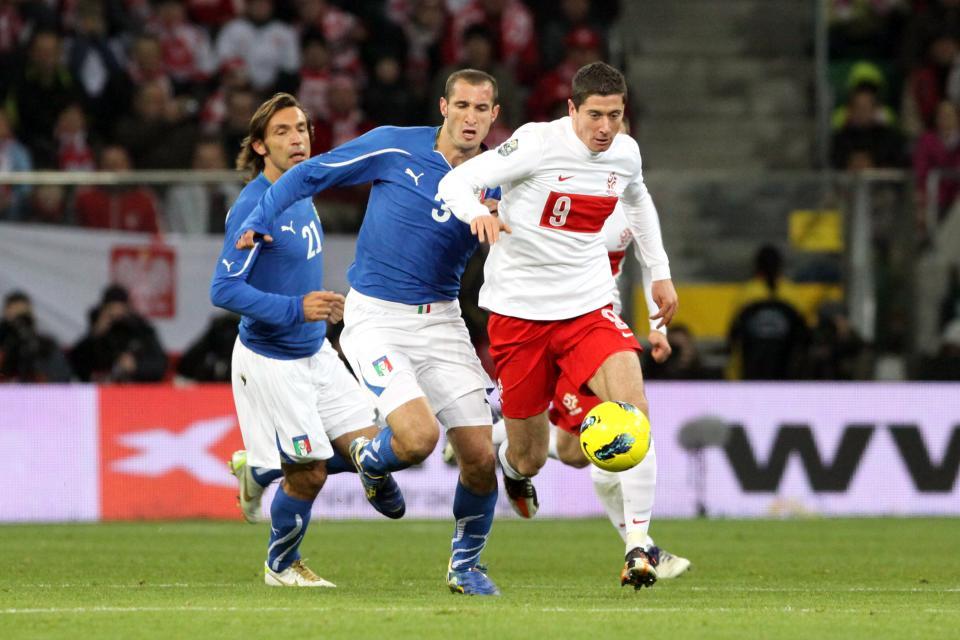 Robert Lewandowski powstrzymywany przez Giorgio Chielliniego.