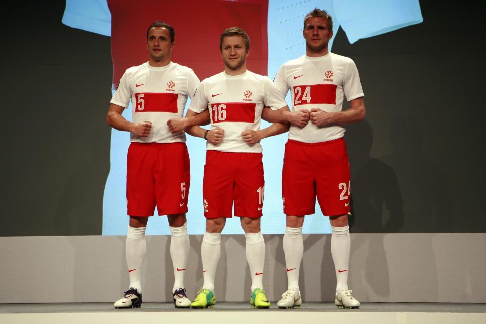Dariusz Dudka, Jakub Błaszczykowski i Damien Perquis prezentują nowe stroje reprezentacji Polski (2011 rok).