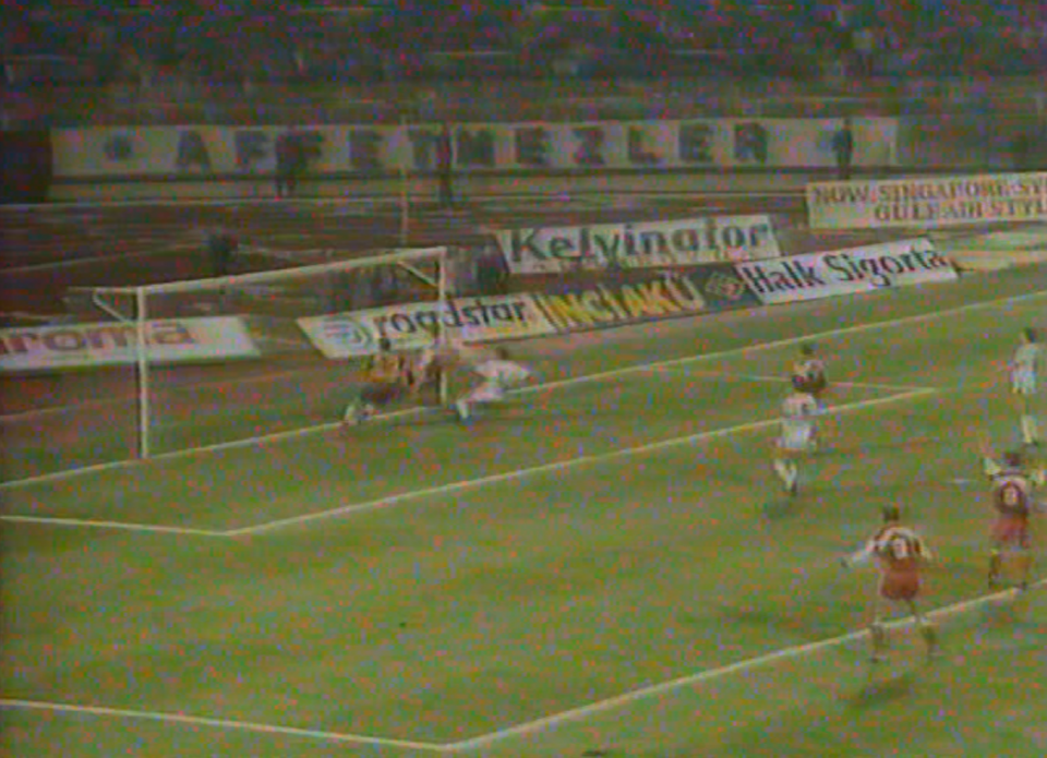 Tak padł jedyny gol w meczu Turcja - Polska w eliminacjach Euro 1992. Dariusz Dziekanowski wykorzystał niepewną interwencję Engina İpekoğlu i z najbliższej odległości wbił piłkę do bramki.