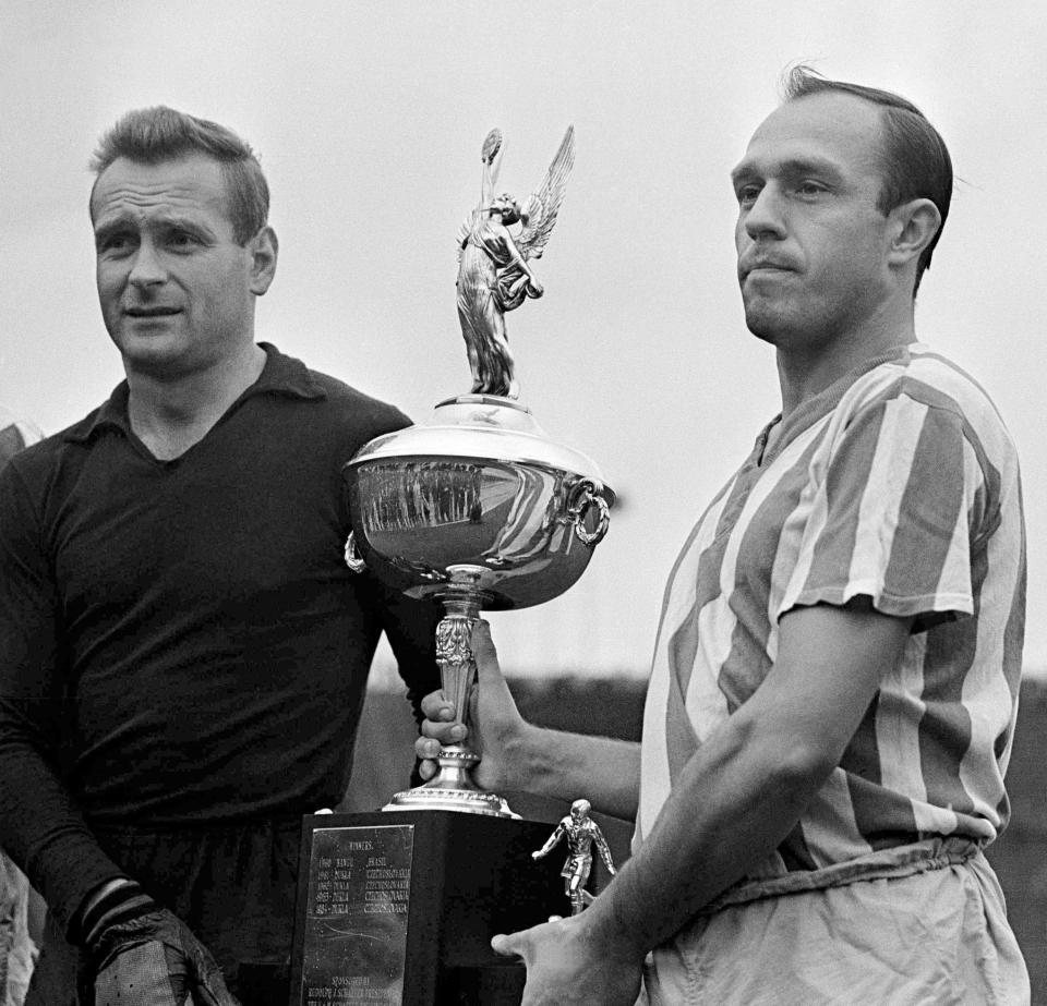 W 1965 roku Polonia Bytom została zaproszona do Stanów Zjednoczonych na turniej International Soccer League. Wygrała te rozgrywki, a na koniec zmierzyła się jeszcze z broniącą tytułu Duklą Praga o Puchar Ameryki i znów okazała się lepsza. Na zdjęciu Jan Liberda (z prawej) i Edward Szymkowiak.