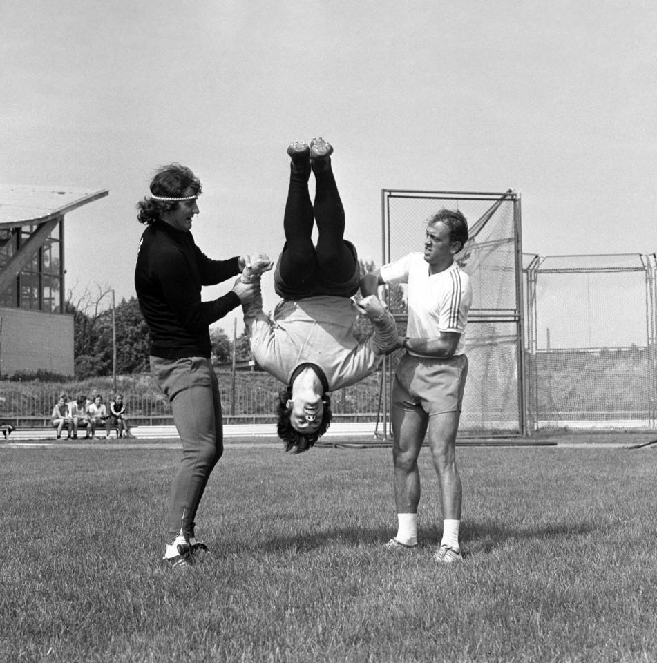 Takie cuda wyprawiał Andrzej Strejlau z zawodnikami na zgrupowaniach kadry. Rok 1974, przed wyjazdowym meczem z Finlandią w eliminacjach mistrzostw Europy. Salto robi Piotr Mowlik, asekuruje go Jan Tomaszewski.