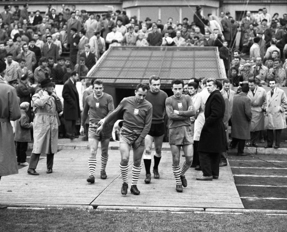 W tak szczęśliwym dla Jana Liberdy (drugi od lewej) roku 1962 biało-czerwoni zmierzyli się w towarzyskim meczu z ówczesnymi wicemistrzami świata. Przegrali z Czechosłowakami w Bratysławie po wyrównanej grze 1:2. Obok piłkarza bytomskiej Polonii od lewej: Henryk Szczepański, Edward Szymkowiak i Jan Kowalski.