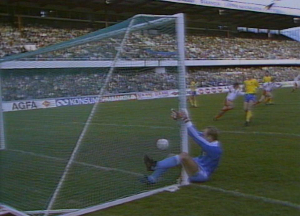 Thomas Ravelli zdołał złapać słupek, do piłki nie zdążył. Po fantastycznym strzale Ryszarda Tarasiewicza z rzutu wolnego biało-czerwoni wyrównali na 1:1. Niestety, w doliczonym czasie rywale zdobyli zwycięskiego gola.