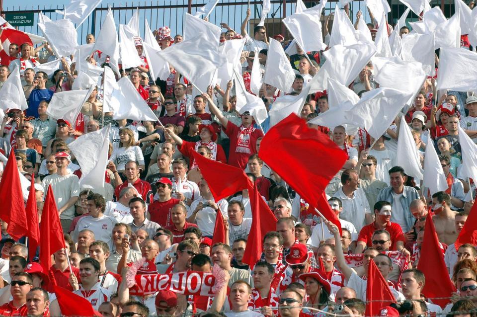 Kibice reprezentacji Polski w Szczecinie podczas meczu z Albanią 1:0 (29.05.2005).