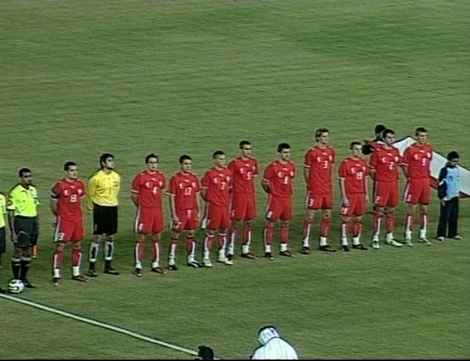 Reprezentacja Polski podczas hymnu przed towarzyskim meczem ze Zjednoczonymi Emiratami Arabskimi w grudniu 2006.