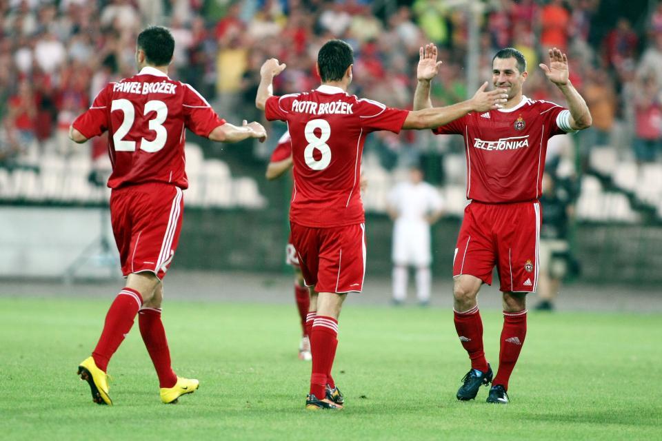Bliźniacze gwiazdy Białej Gwiazdy. Piotr i Paweł Brożek cieszą się z gola razem z Radosławem Sobolewskim.