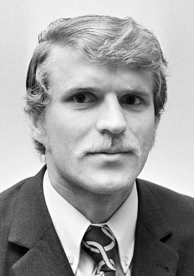 Z zawodu ślusarz, z zamiłowania piłkarz. Jan Wraży większość kariery spędził w śląskich klubach. Z Górnikiem Zabrze dwukrotnie sięgnął po mistrzostwo i dwa razy po Puchar Polski.