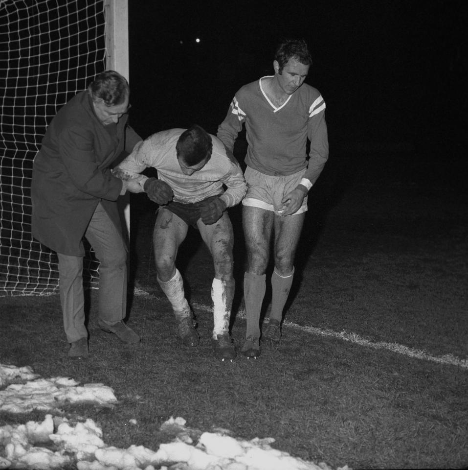 Antoni Piechniczek (pierwszy z prawej) jako piłkarz Ruchu. W listopadzie 1969 roku chorzowianie przegrali rewanż z Ajaksem Amsterdam 1:2 w 1/16 finału Pucharu Miast Targowych i odpadli z rozgrywek. Przyszły selekcjoner strzelił w tym meczu gola.