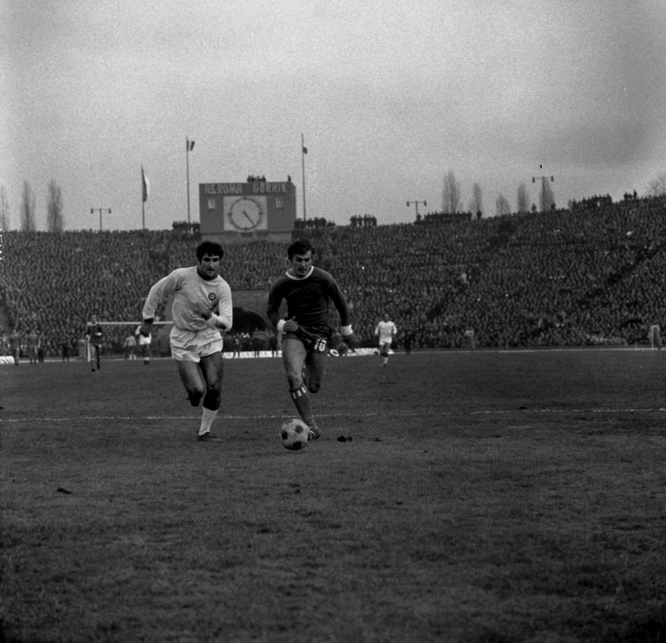Włodzimierz Lubański w rajdzie na bramkę Romy, a za jego plecami boiskowy zegar i źle wyglądający wynik 1:0 do ekipy z Italii. W samej końcówce spotkania napastnik Górnika wykorzystał karnego i doprowadził do dogrywki.