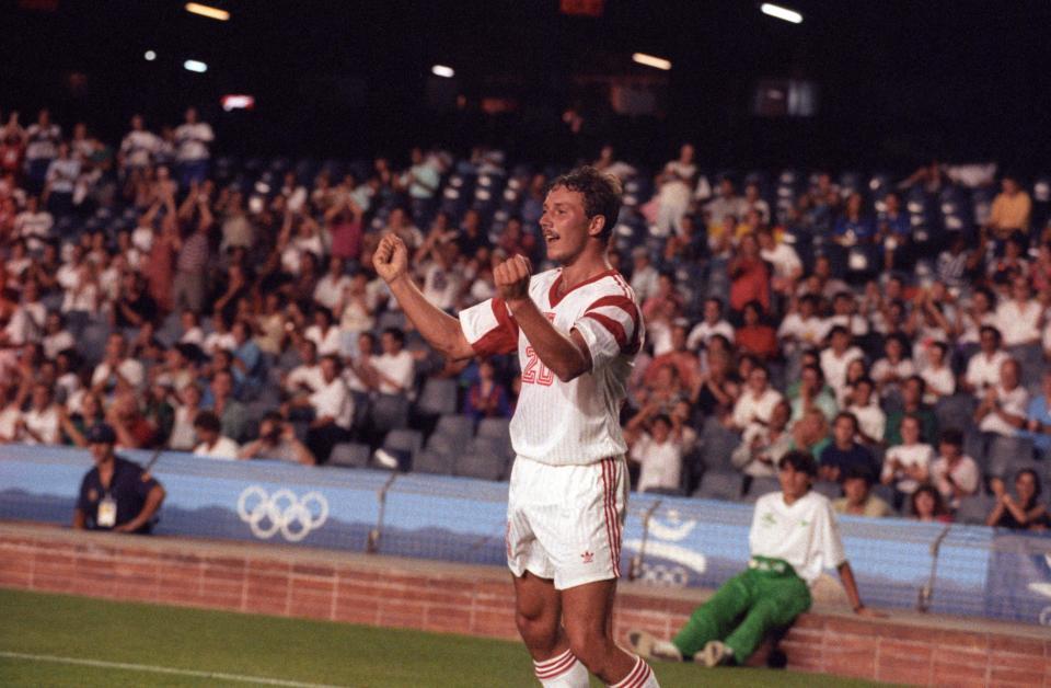 Uradowany Wojciech Kowalczyk po zdobyciu bramki dającej Polakom prowadzenie w meczu z Hiszpanią w finale igrzysk olimpijskich w Barcelonie.