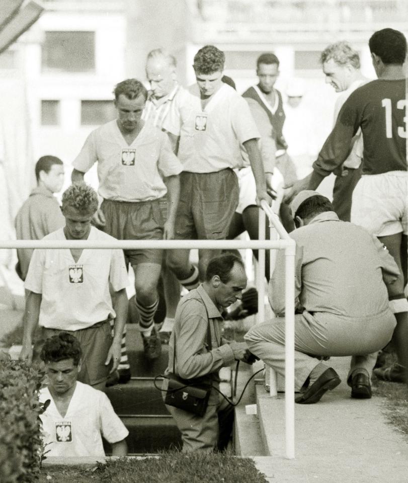 Trzy miesiące po meczu z Santosem wielu piłkarzy, którzy wybiegli wtedy na murawę Stadionu Śląskiego, wzięło udział w turnieju olimpijskim w Rzymie. Wśród nich: Lucjan Brychczy (pierwszy od dołu), a za nim Jerzy Woźniak i Edmund Zientara. Zdjęcie zostało wykonane po wygranym 6:1 spotkaniu z Tunezją.
