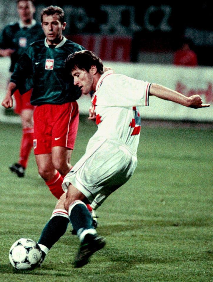 Przy piłce gwiazda reprezentacji Chorwacji Davor Šuker. Z prawej widoczny Marek Koźmiński. Towarzyski mecz Chorwacja - Polska z kwietnia 1998 roku.