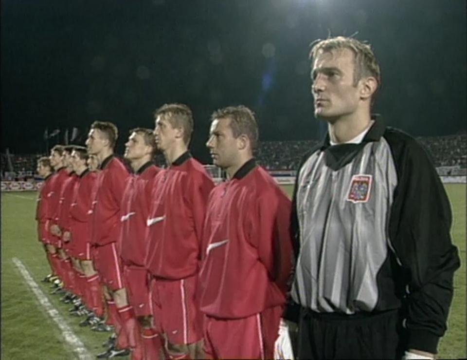 Reprezentacja Polski podczas odgrywania hymnu przed meczem towarzyskim z Chorwacją w Osijeku w 1998 roku.