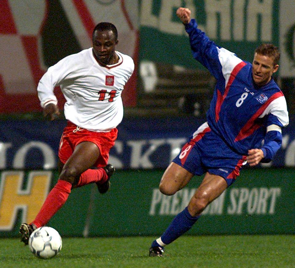 Emmanuel Olisadebe i Eyjólfur Sverrisson podczas meczu Polska - Islandia 1:0 (15.11.2000).