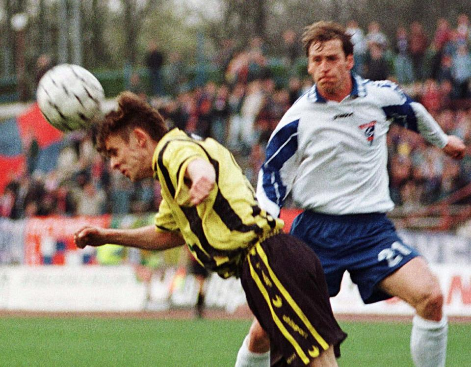 Jan Urban jako piłkarz Górnika Zabrze walczy o piłkę z graczem Ruchu Radzionków w meczu Pucharu Polski.
