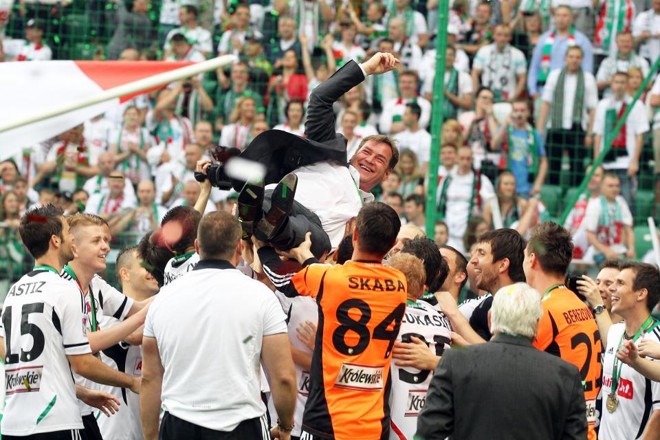 Jan Urban podrzucany przez piłkarzy Legii Warszawa po zwycięstwie nad Śląskiem Wrocław 5:0 w 2013, po którym Legia świętowała mistrzostwo Polski.