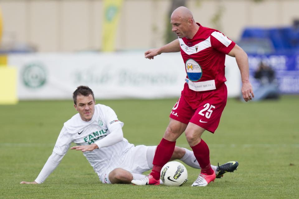 Ostatnie lata piłkarskiej kariery Piotr Rocki spędził na Śląsku. Na zapleczu ekstraklasy grał m.in. w barwach GKS-u Tychy. W tej sytuacji próbuje go zatrzymać Rafał Kosznik.