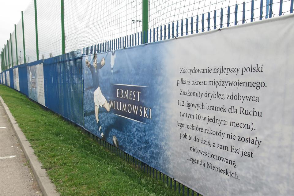 Ernest Wilimowski po 1939 roku na wiele lat zniknął z kart historii polskiego futbolu. Pamięć o nim zaczęto przywracać długo po zakończeniu II wojny światowej. Dopiero w XXI wieku na ogrodzeniu stadionu chorzowskiego Ruchu pojawił się baner upamiętniający znakomitego piłkarza Niebieskich.