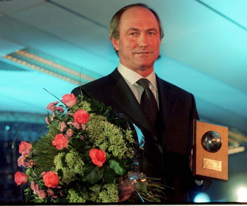 """Franciszek Smuda z nagrodą """"trenera roku"""" w plebiscycie tygodnika """"Piłka Nożna"""" w 1999 roku."""