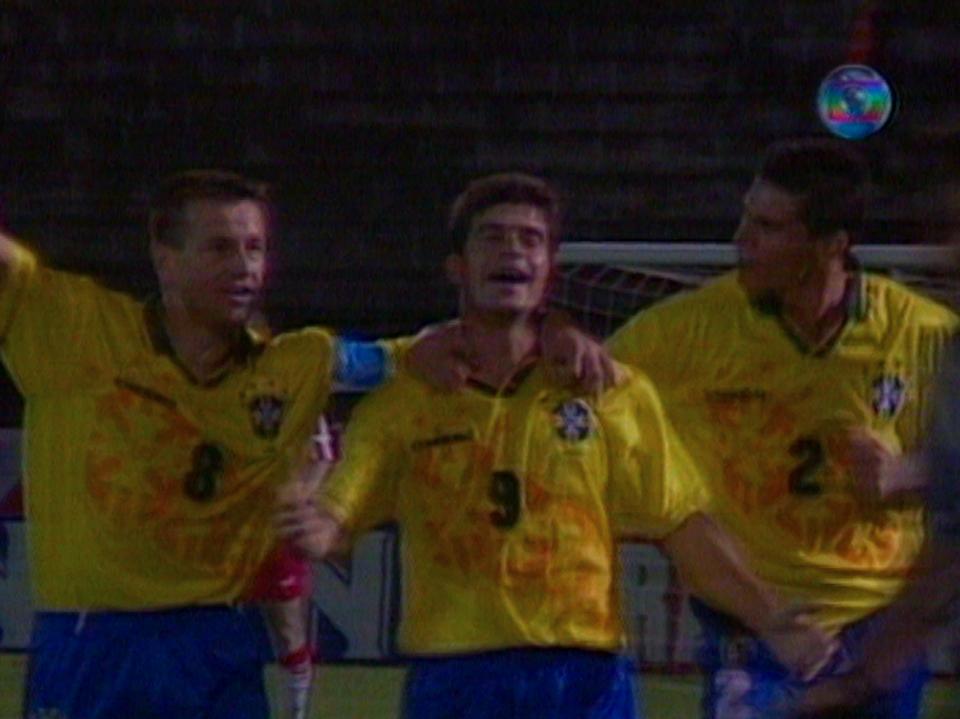 Mecz zaczął się dla biało-czerwonych fatalnie. Najpierw sędzia nie odgwizdał faulu brazylijskiego bramkarza na Wojciechu Kowalczyku, a chwilę potem Túlio Maravilha zdobył prowadzenie dla gospodarzy. Obok zdobywcy bramki kapitan drużyny Dunga (po lewej) i obrońca Jorginho.