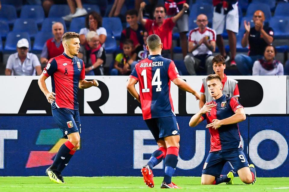 Efektowny debiut w Serie A. Krzysztof Piątek po zdobyciu bramki w meczu Genoi z Empoli (26.08.2018).