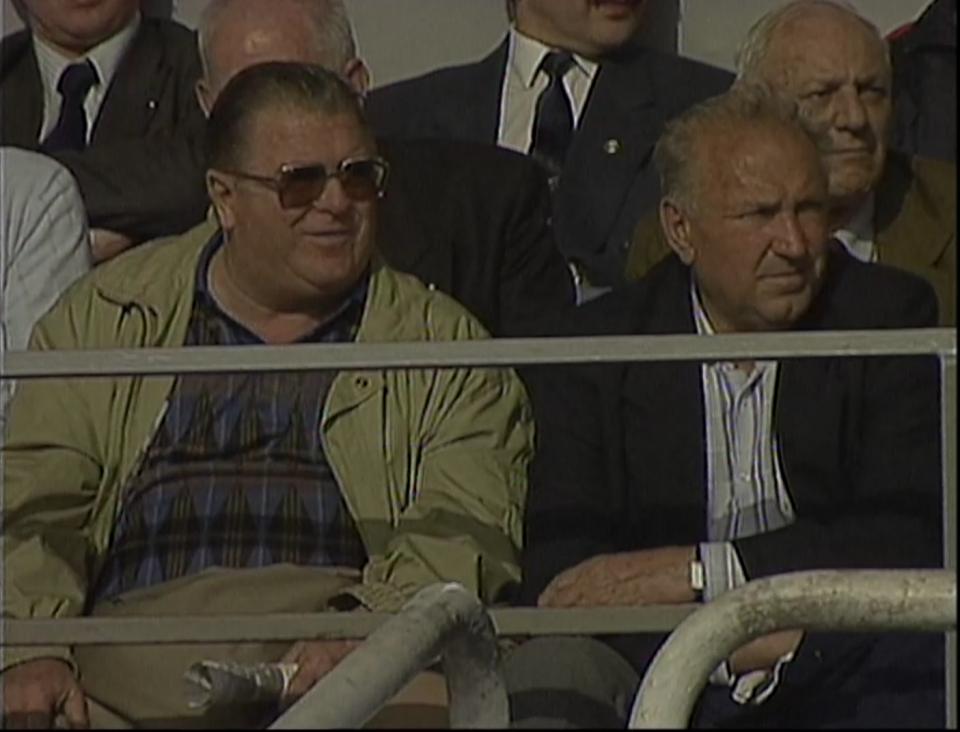 Dwie legendy węgierskiej piłki Ferenc Puskás (z lewej) oraz Nándor Hidegkuti na meczu Polska - Węgry 3:2 w maju 1994 roku w Krakowie.