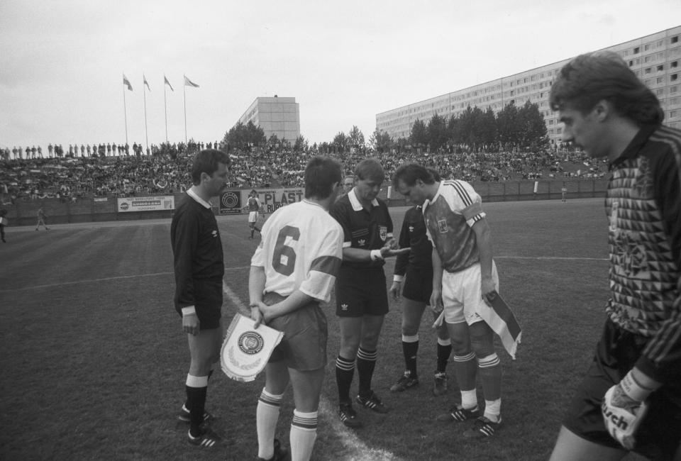 Powitanie kapitanów obu drużyn, Roberta Warzychy i Václava Němečka. Między nimi węgierski arbiter Sándor Puhl, z prawej Józef Wandzik.