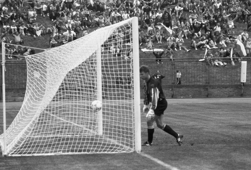 Decydujący moment meczu. Po strzale Krzysztofa Warzychy fatalnie interweniował Petr Kouba i piłka wpadła do siatki. Więcej bramek w tym spotkaniu kibice nie zobaczyli.